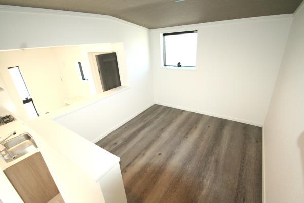 リビング-キッチン横の中二階にある多目的スペース^^お子様の遊び場としてもGOOD。 現地写真2018.8.17撮影