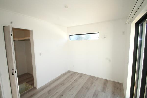 リビング以外の居室-WIC付きの洋室^^WICには床下収納も有り。 現地写真2018.8.17撮影